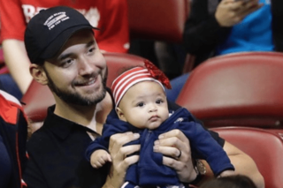 Serena Williams' daughter cheers on mom