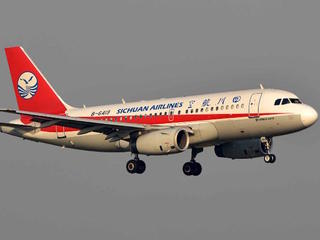 Sichuan Airlines windshield shatters in flight